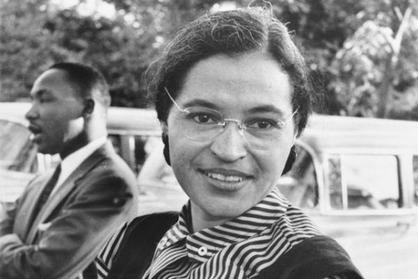 Rosa Parks, com Martin Luther King em segundo plano, em Montgomery, Alabama, em 1955