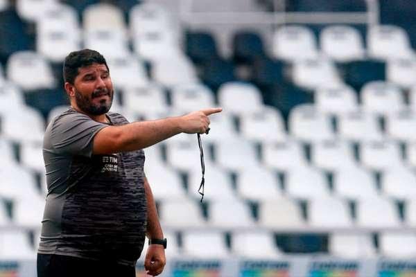'Já vivi outras experiências e sei que o nível de confiança volta quando você ganha uma ou duas partidas', afirmou Eduardo Barroca, em coletiva após revés para o Santos (Foto: Vitor Silva / BFR)